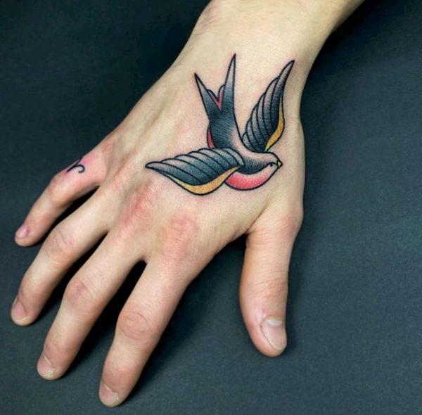 tattoo hand zwaluw