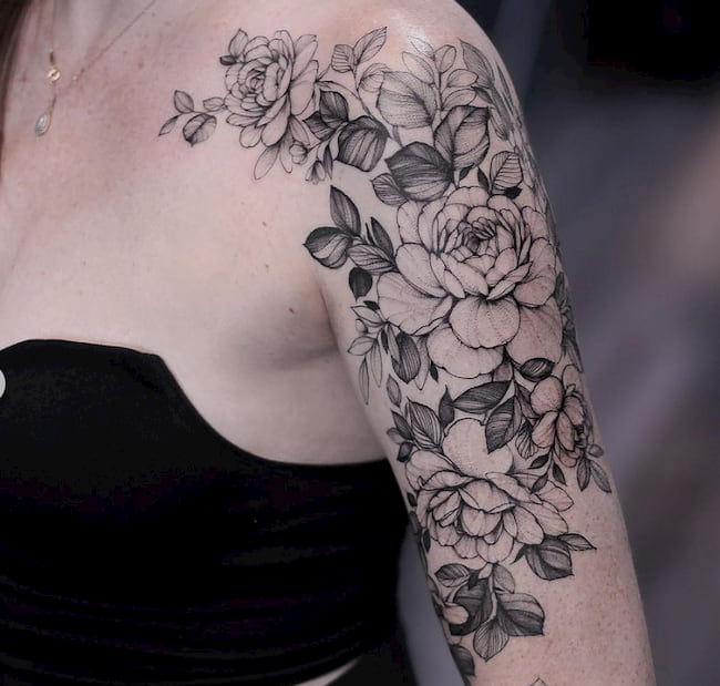 Tattoo bovenarm vrouw bloemen