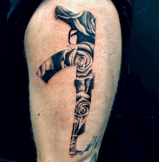 tattoo bovenbeen man AK74