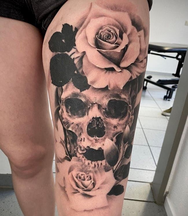 tattoo-bovenbeen-rozen-schedel
