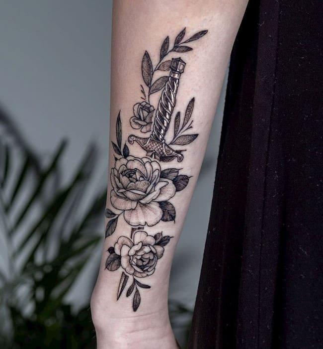 tattoo roos dolk onderarm