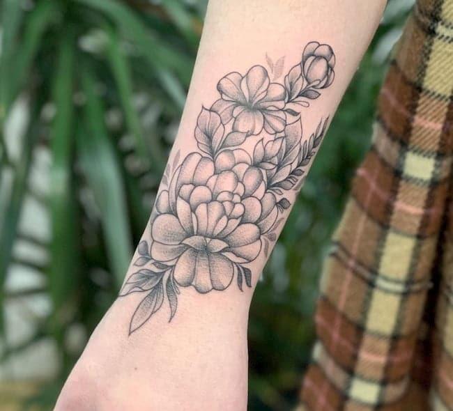 tattoo onderarm vrouw bloemen