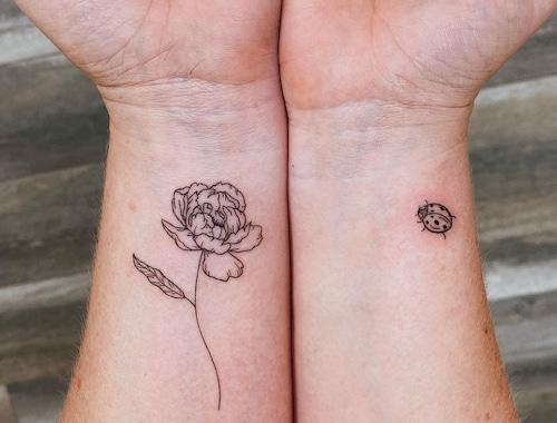 kleine tattoo vrouw roos