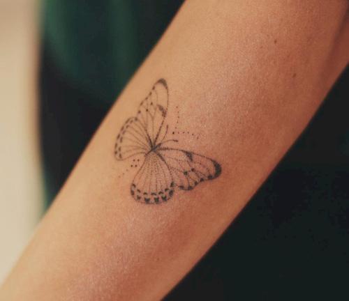 kleine tattoo vrouw vlinder