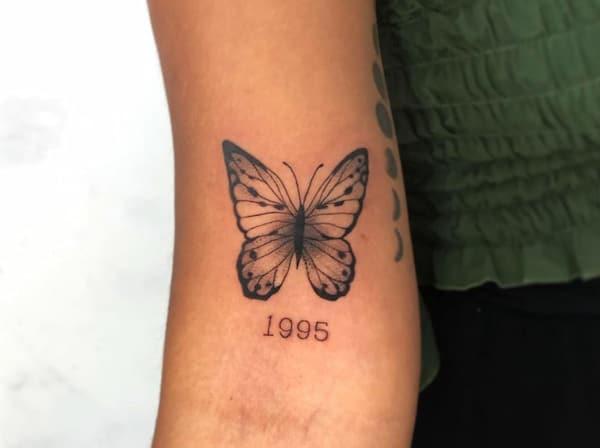 tattoo vlinder elleboogholte