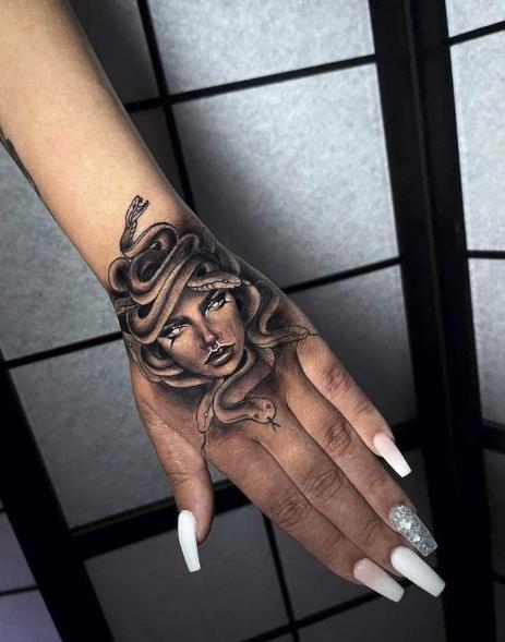 Medusa tattoo vrouw hand