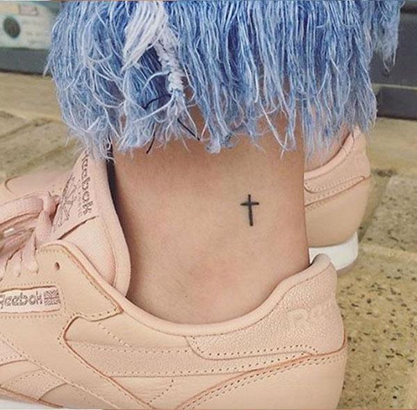 Kleine-Cross-enkel-tattoo